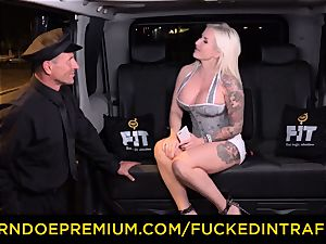 fucked IN TRAFFIC - spunky blondes car triangle fuckin'
