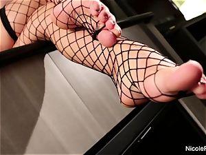 buxom ash-blonde Nicole gets her luxurious feet idolized