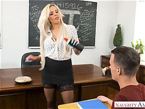 lecturer Nina Elle plowed in the classroom